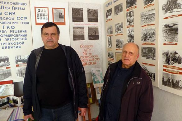 В музее Алексеевской школы. Игорь Августис (слева) и Юрий Юревичус (справа).