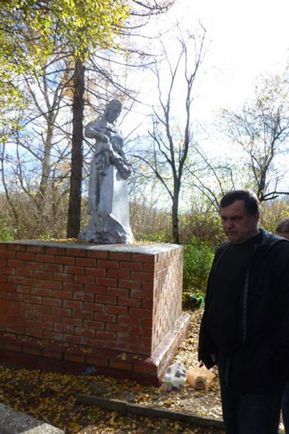Игорь Августис у памятника на братской могиле в д.Каменка.