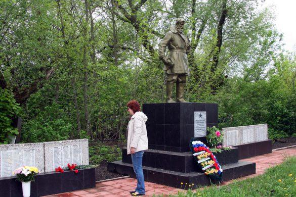 Возложение цветов к мемориалу Удерево