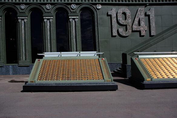 Неподалёку от этой плиты находится плита с упоминанием важной вехи Великой Отечественной: освобождение Малоархангельска.