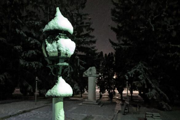 Снег в апреле в Малоархангельске. Памятник Пушкину.